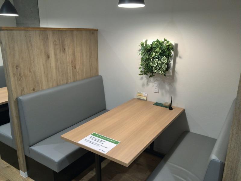 清潔なベンチ席